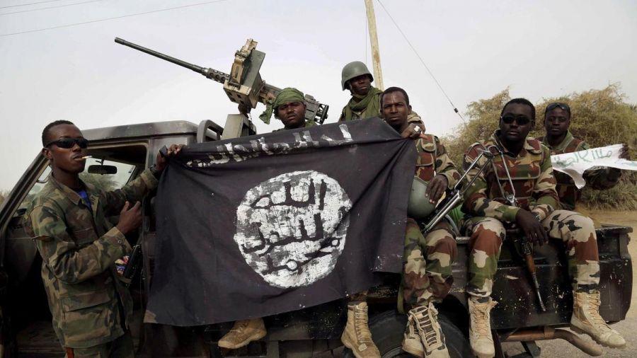 Soldados nigerianos muestran una bandera de Daesh.