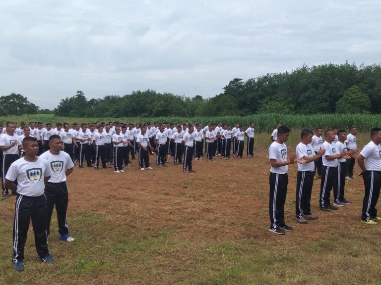 Combatientes del grupo MILF siendo entrenados por las autoridades filipinas