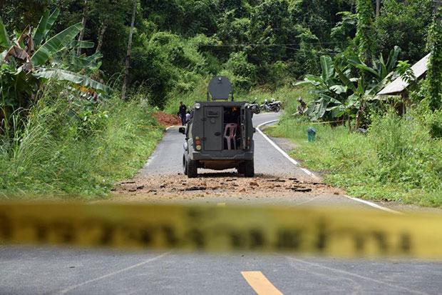 Una camioneta blindada fue atacada por una explosión de bomba que hirió a cuatro guardabosques que se encontraban dentro del vehículo en el distrito de Bannang Sata en Yala. (Maluding Deeto)