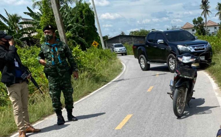 En Pattani, Tailandia, un policía abatía a un terrorista tras ser emboscado en el mes de junio. Imagen: Bangkok Post.