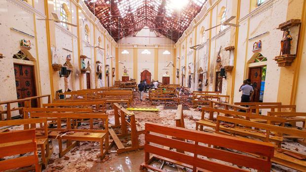 Interior de una de las iglesias afectadas tras la cadena de atentados de Sri Lanka