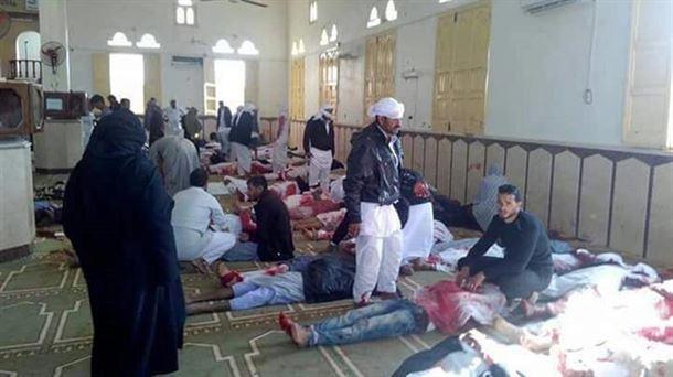 Una mezquita a rebosar fue el escenario del peor atentado terrorista de la historia de Egipto.
