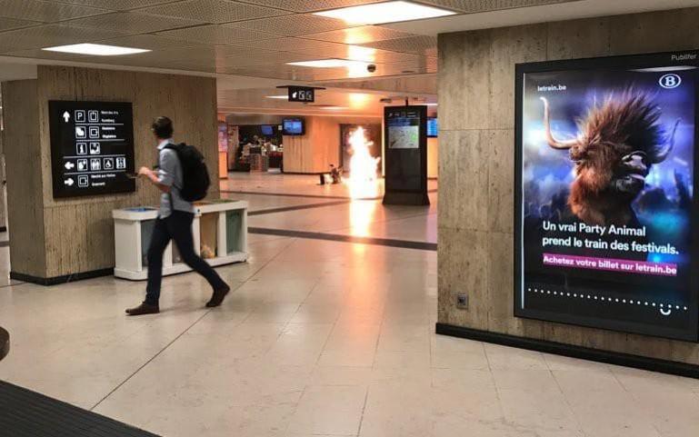 Imagen de la Estación Central de Bruselas con la maleta-bomba que portaba Oussama Zariouh deflagrando.