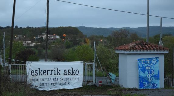 Pancartas de apoyo a ETA en la casa-cuartel de Legutio (Álava), donde ETA asesinó al último guardia civil. Foto de eldiario.es