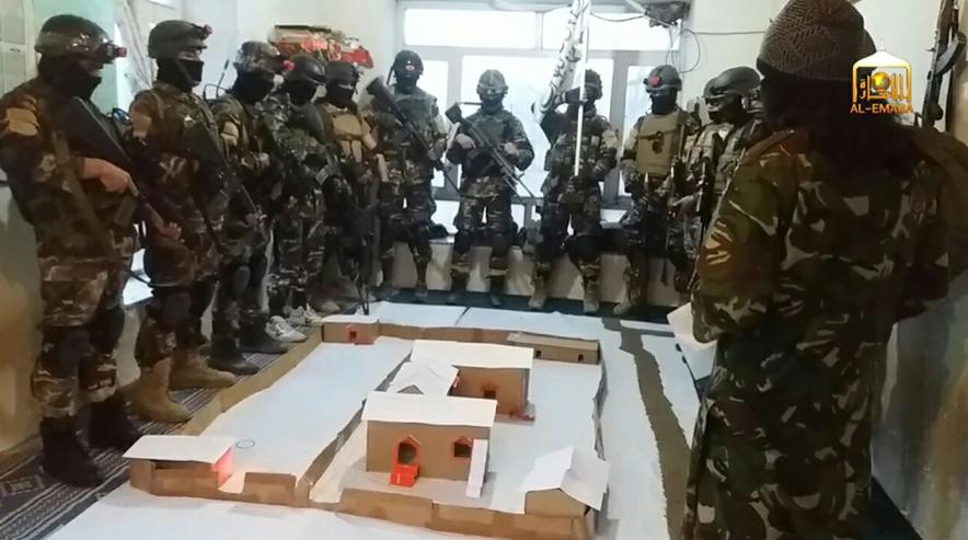 Unidad especial talibán planeando un ataque a un complejo del Ejército Nacional de Afganistán. Vía @SaladinAlDronni.