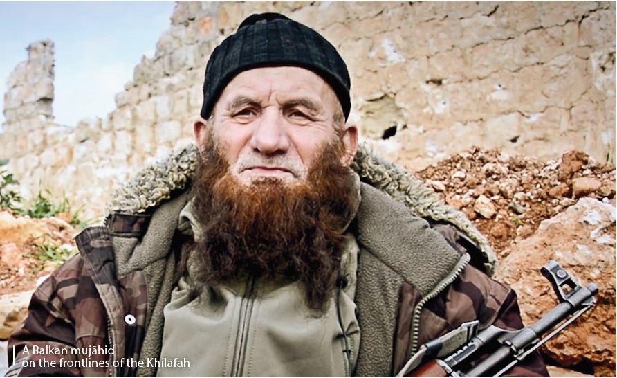Imagen publicada en el número 11 de la revista Dabiq en la que aparece un yihadista presuntamente originario de los Balcanes.