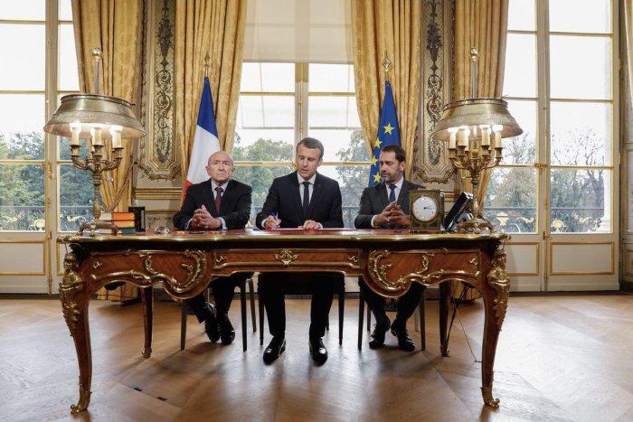 Imagen 1: Instante en el que Emmanuel Macron firma la promulgación de la ley Silt. Fuente: The Globe Post.