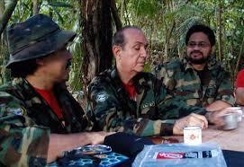 """En la foto del 2010 se observa a alias """"Iván Márquez"""" (der.) y alias """"Jesús Santrich"""" (izq.). (Globovisión)"""