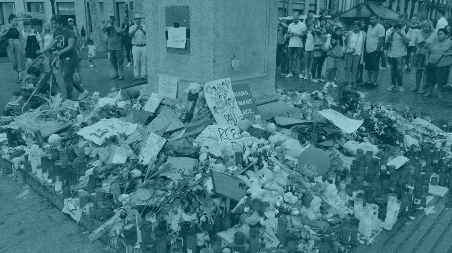 Flores y velas en recuerdo de las víctimas del atentado de La Rambla. EFE